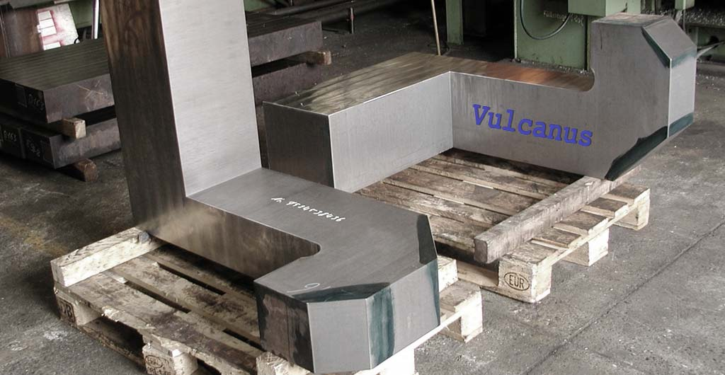 <h2>Sägetechnik</h2> <p>Auf unserer Amada Blockbandsäge haben wir die Möglichkeit, Längsschnitte bis 3800 mm durchzuführen. Herzstücke für Weichen oder Verschleißleisten können bis 600 mm Dicke getrennt werden. Als Spezialist für geteilte Konstruktionen segmentieren wir Ringe bis 2200 mm Durchmesser.</p> <p>Seit Jahren sägen wir hochfeste gehärtete Werkstoffe, Wolfram und Sonderlegierungen.</p>